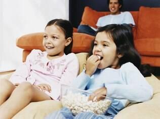 Sessão de cinema em casa: economia de até 80% no custo do programa