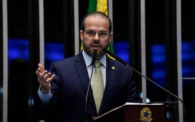 Senador Prisco Bezerra anunciou que teste para coronavírus teve resultado positivo