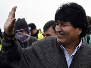Bolivian President Evo Morales waves before the 2015 Dakar Rally stage 8 between Uyuni, Bolivia and Iquique, Chile, on January 12, 2015. The Uyuni salt flat is the lasrgest in the world, located in Bolivia near the crest of the Andes, some 3,650 metres above sea level. AFP PHOTO / FRANCK FIFE