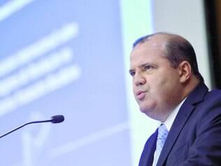 Exemplos. Alexandre Tombini argumentou que a revisão do PIB tem acontecido em vários países