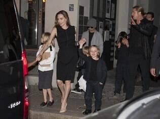 Angelina Jolie e Brad Pitt com os filhos em um restaurante em Berlim, na Alemanha