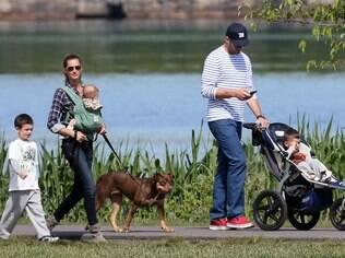 Gisele Bündchen e Tom Brady passeiam com os filhos