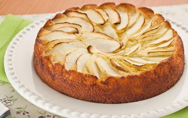 Foto da receita Bolo de maçã com amêndoas pronta.