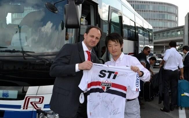 Goleiro Rogério Ceni também posou para fotos  com fãs no Japão