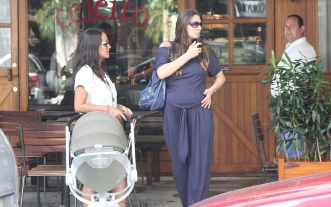 Francisca Pinto com Vicente no carrinho de bebê e Lavínia Vlasak