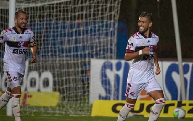 Everton Ribeiro e Arrascaeta celebram gol pelo Flamengo
