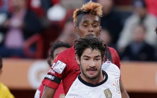 """Pato toca e é observado pelo """"Neymar"""" genérico do Tijuana"""