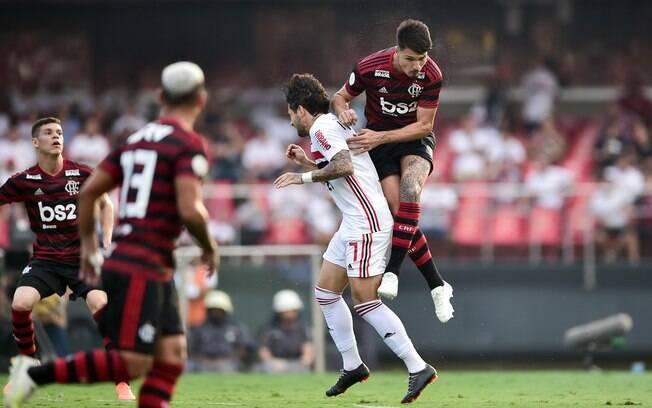 Contra o Flamengo, Alexandre Pato foi parar no hospital após levar falta de Thuler