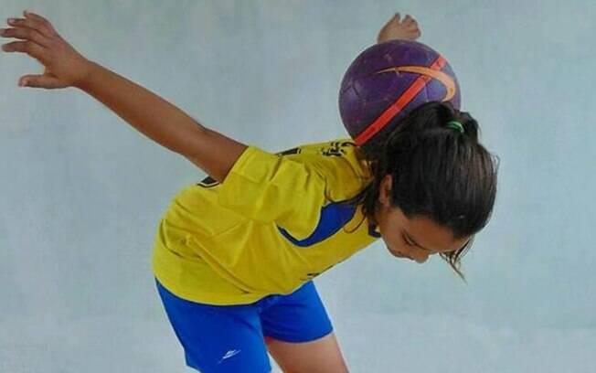 A menina Maria Alice começou a jogar bola aos cinco anos de idade, um ano depois já treinava ao lado dos garotos