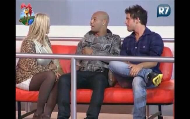 Monique conversa com Dinei e Thiago