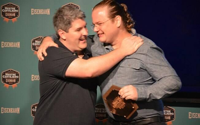 Anderson Faller recebe o prêmio por vencer o 5° Concurso de Mestre Cervejeiro da Eisenbahn