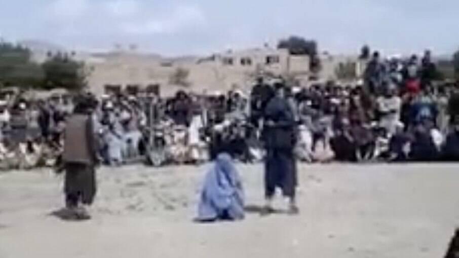 Mulher é açoitada em público no Afeganistão por falar ao telefone