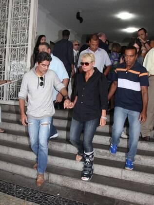 Junno ajuda Xuxa a descer a escada