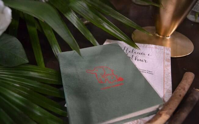 Caderno feito de excremento de elefante também faz sucesso para quem segue a onda sustentável na festa de casamento