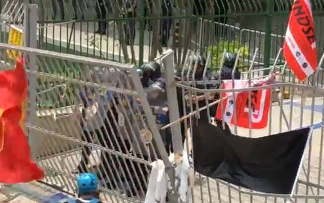 Guarda Metropolitana usou armas de bala de borracha para conter manifestantes em frente à Câmara Municipal