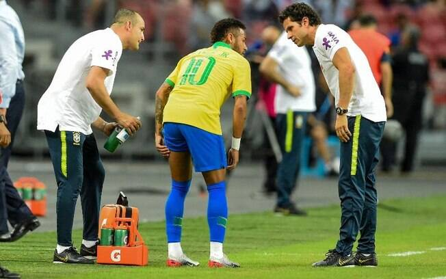 Neymar sentiu lesão na coxa durante jogo da seleção brasileira