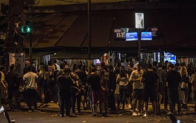 Rua Dias Ferreira, no Leblon, voltou a registrar aglomerações nas calçadas de bares