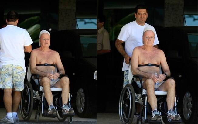 Gilberto Braga saiu do prédio onde mora usando uma cadeira de rodas