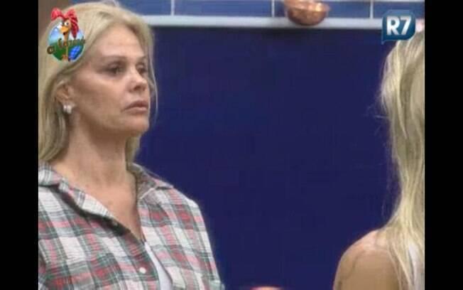 Monique fala para Joana que está com o rosto inchado