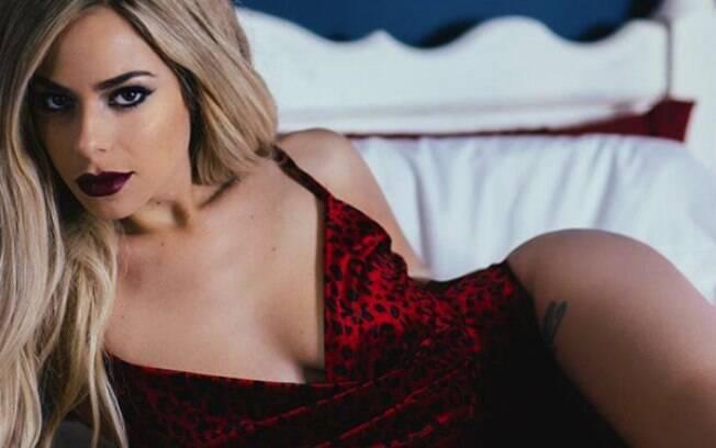 Elysia Downings diz ter dificuldade para arrumar namorado porque é viciada em brinquedinhos eróticos