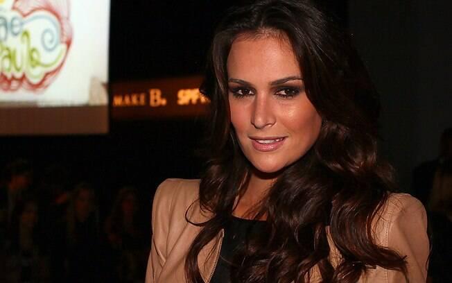 Priscila Machado assistiu ao desfile do estilista Tufi Duek, nesta quinta-feira (19), no SPFW