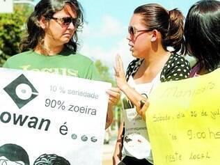 """Insatisfação. Moradores criticaram ontem o """"jogo de empurra"""" feito entre prefeitura e empresas"""