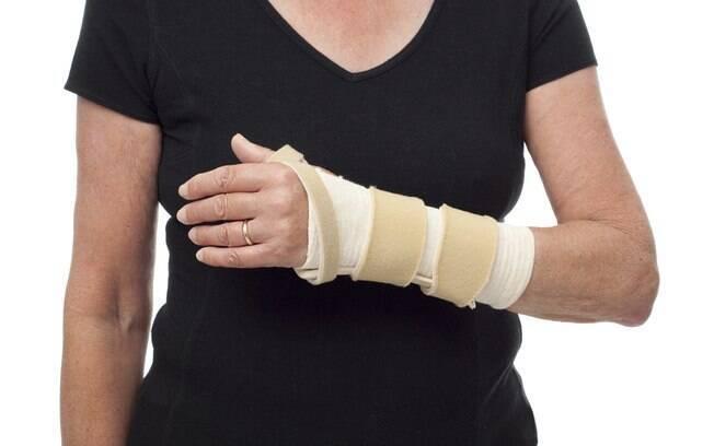 O tratamento da tendinite consiste em medicações, imobilização do membro e fisioterapia. Nos casos mais graves, a cirurgia é indicada pelo ortopedista