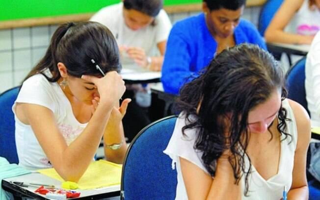 Estudantes fazem prova do exame que lhes dá possibilidade de conseguir vaga em universidades