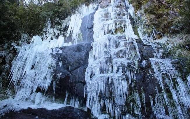 Uma das cachoeiras em Santa Catarina que congelou durante o fim de semana