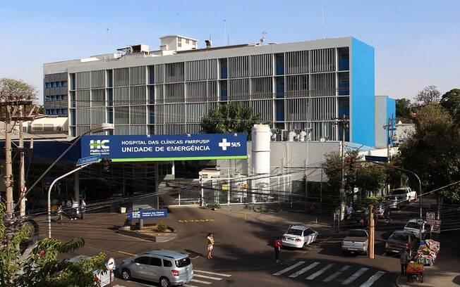 Mulher que pulou do 4° andar é levada para o Hospital das Clínicas, em Ribeirão Preto