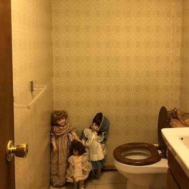 banheiro com decoração de bonecas
