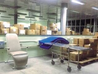 Nova sala de hemodiálise, construída em 2012 e que ja deveria ter sido inaugurada, virou depósito de caixas