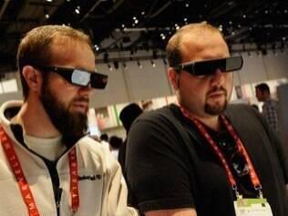 Público testa óculos 3D na feira de Las Vegas, em janeiro. Óculos do Google para realidade aumentada podem ser lançados no fim do ano