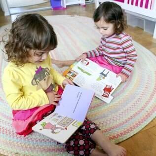 Mesmo filhos de pais adeptos da tecnologia, crianças são ensinadas a ler livros impressos primeiro