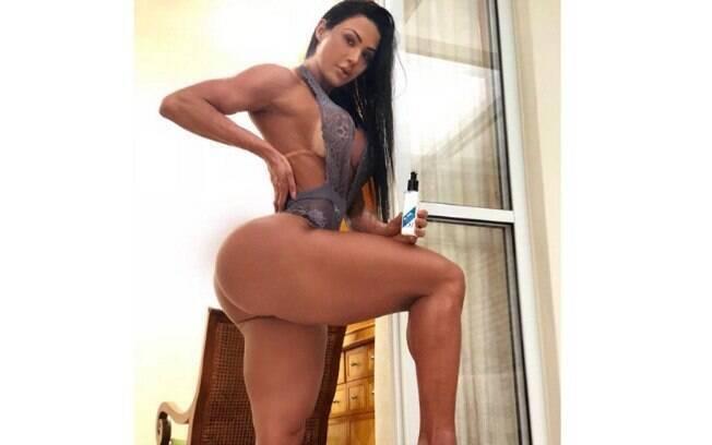 Gracyanne Barbosa exibe corpão na web ao posar só de lingerie