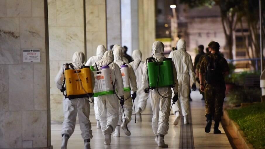 Militares durante higienização na Prefeitura de Campinas.