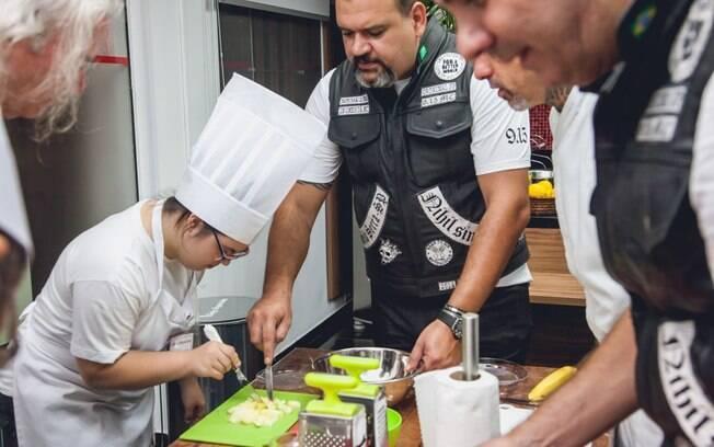 Alunos preparam uma salada de frutas. Foto: Edu Cesar
