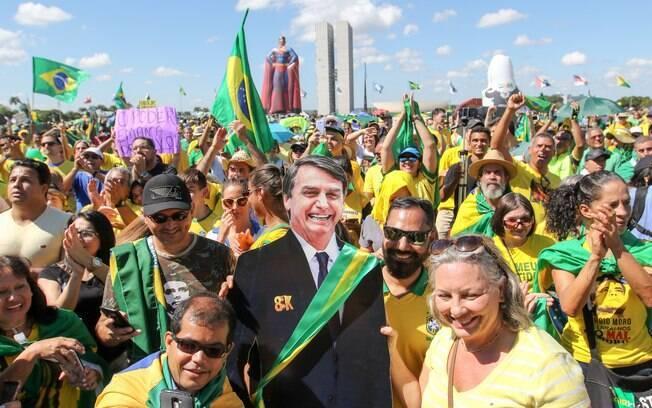 Manifestação pró-Bolsonaro em Brasília contou com 'presidente de papelão' e boneco inflável