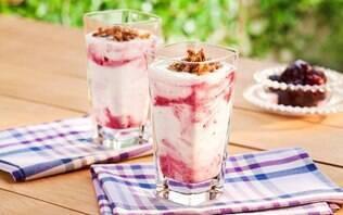 Iogurte batido com amoras e crocante de granola
