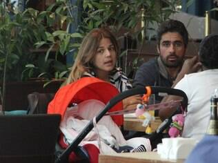 Nivea Stelmann e família em restaurante carioca