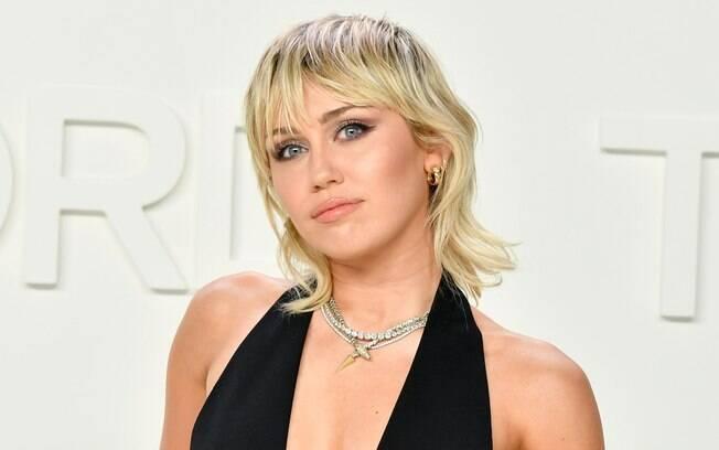 Miley Cyrus foi uma das famosas que se renderam aos mullets em 2020