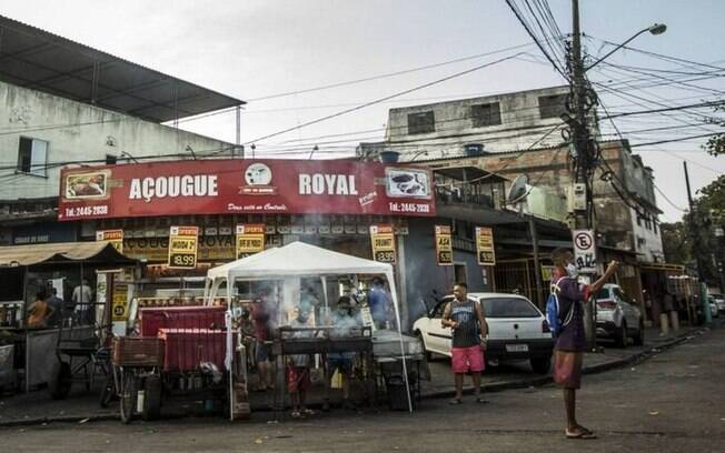 Comunidades do Rio com comércio e ambulantes funcionando