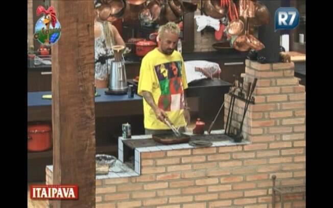 Gui prepara almoço para a peãozada