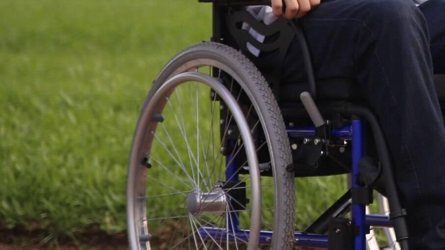 Órgão destinado a pessoas com deficiência em péssimas condições.