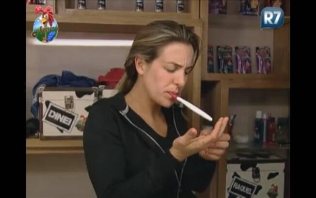 Joana escova os dentes na preparação para sair da Sede