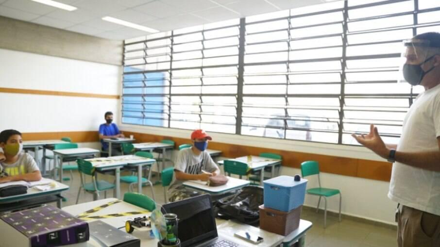 SP: Justiça veta aulas presenciais durante fases vermelha e laranja no estado