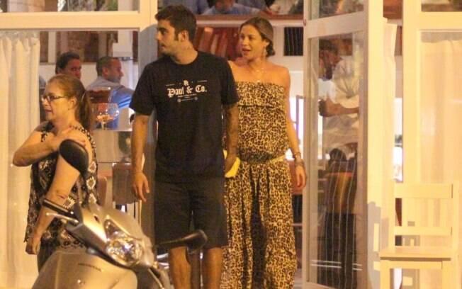 Luana Piovani e Pedro Scooby deixam o restaurante de mãos dadas nessa quarta-feira (29)