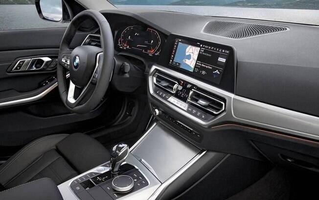 A central multimídia do BMW Série 3 2019 passa a ocupar um lugar mais convencional. Acabamento imita aço escovado
