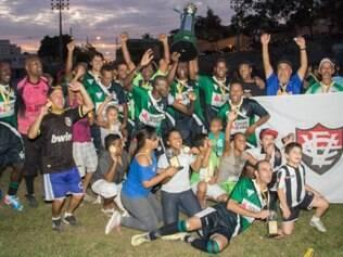 Jogadores e torcedores do Vernópolis comemoram mais um título no torneio de veteranos