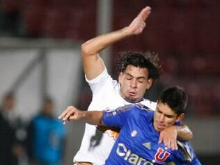 Chile's Universidad de Chile's Sebastian Ignacio Martinez, right, and Brazil's Cruzeiro's Ricardo Goulart go for the ball during a Copa Libertadores soccer match in Santiago, Chile, Thursday, April 3, 2014. (AP Photo/Victor Ruiz Caballero)